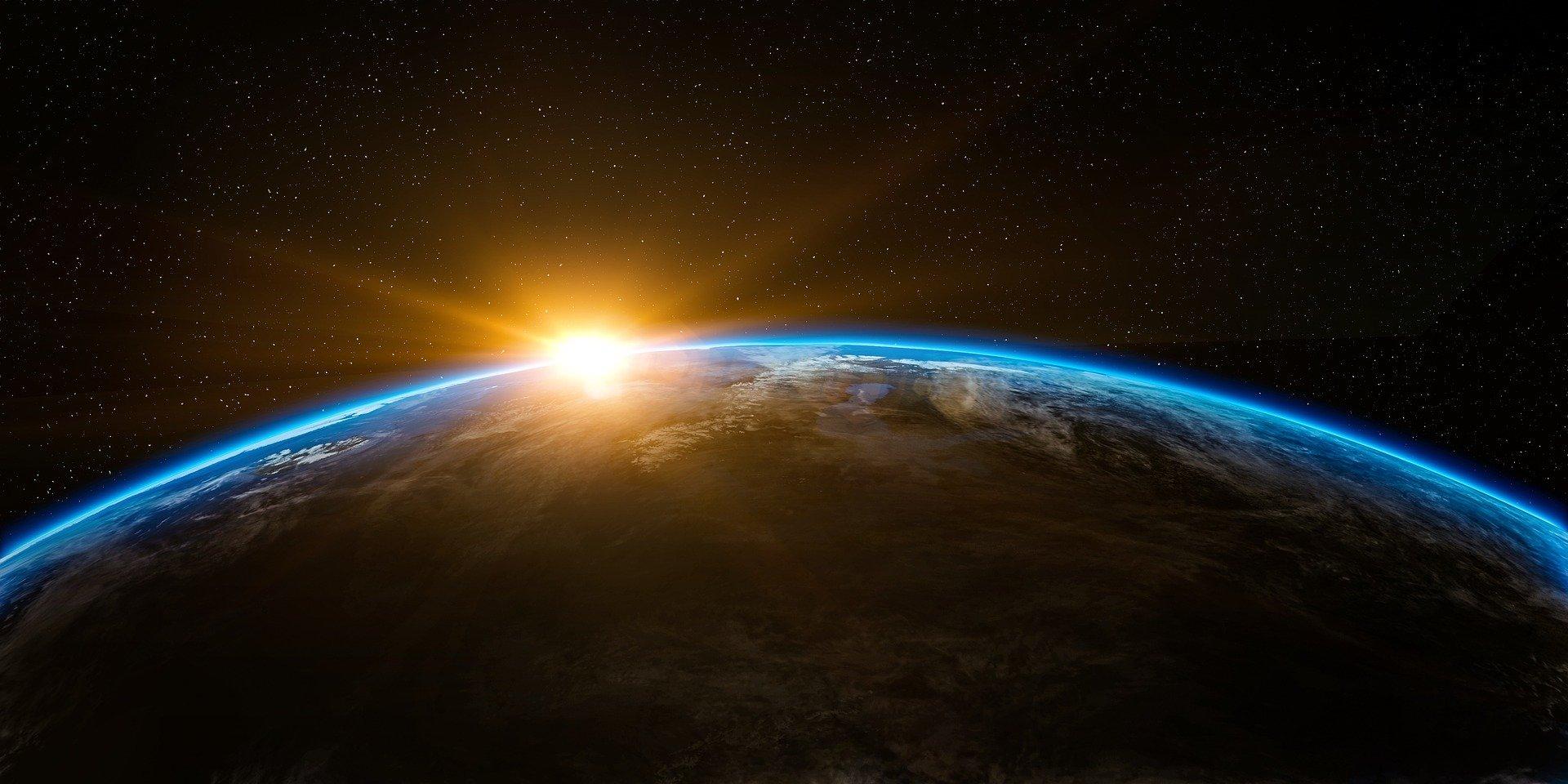 Un pianeta blu, circondato da stelle